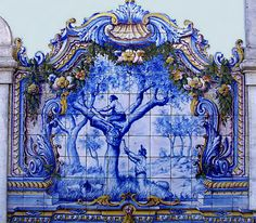 The azulejo of Portugal are ubiquitous and usually presented on a monumental scale, with a grandeur and elegance, rarely seen with public tile art. Tile Murals, Art Mural, Tile Art, Mosaic Art, Mosaic Tiles, Glazed Ceramic Tile, Textile Texture, Portuguese Tiles, Urban Sketching