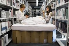 mobiles Pappbett in einer Bibliothek, cardboard bed in a libary http://de.roominabox.de/collections/all/products/das-pappbett-2-0