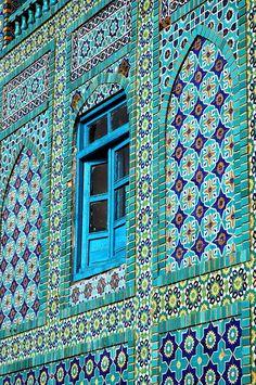 Blaue Moschee in Mazar-e-Sharif, Afghanistan «Islamische Kunst und Architektur - 1013 Things Islamic Architecture, Beautiful Architecture, Beautiful Buildings, Art And Architecture, Islamic Tiles, Islamic Art, Arabesque, Beautiful Mosques, Blue Mosque