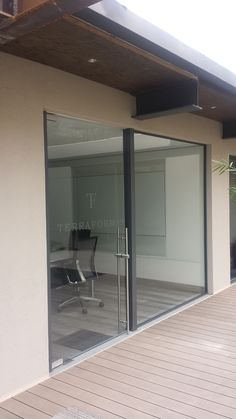Fijo + puerta abatible de cristal  // Fixed window + hinged cristal door