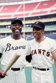 Baseball legends Hank Aaron & Willie Mays Baseball Star, Braves Baseball, Baseball Cards, Baseball Classic, Hank Aaron, Baseball Pictures, Sports Pictures, Mlb Players, Baseball Players
