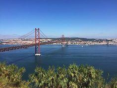 """Die rote """"Ponte de 25 Abril"""" verbindet Lissabon mit dem Vorort Almada und gehört zu den berühmtesten Wahrzeichen der Stadt"""