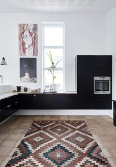 Modern and black wall-mounted kitchen from HTH. The ethnic carpet provides a cozy atmosphere. Home Interior, Interior Design Kitchen, Kitchen Decor, Interior Decorating, Country Look, Duravit, Minimalist Kitchen, Black Walls, Interior Inspiration