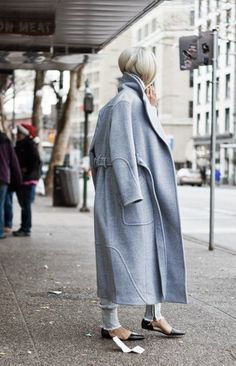 The Haute Pursuit - Theyskens' Theory Blue Wool Trench Coat Style Work, Mode Style, Style Me, Style Hair, Blue Trench Coat, Winter Trench Coat, Street Style Outfits, Street Looks, Komplette Outfits