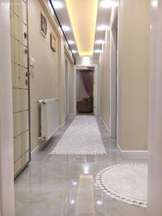 Every detail of this glamorous Izmir house gives perfectionist hosts. Interior Design Living Room, Living Room Designs, Living Room Decor, Bedroom Decor, Hotel Corridor, Hall Flooring, Modern Tv Wall, False Ceiling Design, Elegant Homes