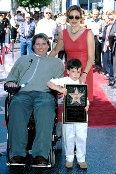 Christopher Reeve, wife Dana Morosini, & son Will at the Hollywood Boulevard in Hollywood, California Get premium, high resolution news photos at Getty Images Hollywood Boulevard, Hollywood Walk Of Fame, Hollywood Stars, Classic Hollywood, Superman Actors, Superman News, Batman And Superman, Baby Boy Long Hair, Dana Reeve