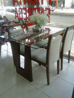 Mesa retangular com vidro.