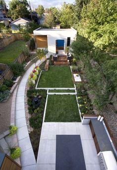 16 Designs Inspirado paisagem do quintal, visto de cima // Este quintal tem uma série de áreas definidas, como uma área de estar, caixa de areia, e cozinha ao ar livre, que permitem para entretenimento, conversando, brincando e jardinagem.