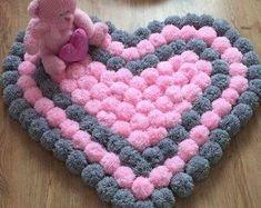 Set of 3 pieces for bathroom wool hook handmade carpet decoration - Pompons, Haus, Wärmeflasche, Lebkuchenmannn - Pom Pom Crafts, Yarn Crafts, Diy And Crafts, Crafts With Wool, Diy Pom Pom Rug, Crochet Projects, Sewing Projects, Diy Carpet, Stair Carpet