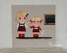 COCONIC: Cuadro infantil pintado a mano y personalizado de dos niñas vestidas de uniforme en el colegio.
