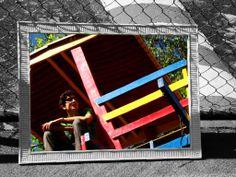 LÁPIS DE COR PRETO atravesso a infância -  desbotando meus lápis de cor e- arrebentando os balanços do parque- a vida não tem mais gosto de bala,-e sim, de um amargo drinque- quem sabe,- um dia eu encontre- um ápis cor de alegria- para pintar esse cinza de melancolia. Rafael Lopes-1003