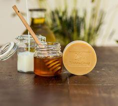 Ο συνδυασμός φρέσκου κατσικίσιου γάλακτος και μελιού δημιουργεί πλούσιο κρεμώδη αφρό και κάνει το δέρμα μας βελούδινο, διατηρώντας το υγιές και πάντα ενυδατωμένο. Honey, Food, Meals
