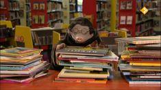 Thema: Boeken. Moffel moet zijn geleende boeken terugbrengen naar de bibliotheek. Het zijn er erg veel. Hij moet honderd euro betalen, als boete. Moffel biedt aan om ervoor te werken. Dat is goed, hij mag boeken sorteren. Makkie, gewoon van groot naar klein en op kleur. Of klopt dat niet? Deze aflevering hoort bij de Kinderboekenweek 2012. Eric Carle, String Art, Childrens Books, Letters, Reading, School, Projects, Fictional Characters, Islam