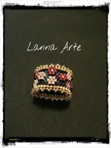 Peyote ring with 'appliqued' flowers Beads Jewelry, Beaded Jewelry Designs, Stone Jewelry, Jewelry Crafts, Handmade Jewelry, Jewellery, Beaded Rings, Beaded Bracelets, Bib Necklaces