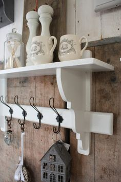 coatrack as deco Shabby Chic Cottage, Cottage Style, Rustic Kitchen, Kitchen Decor, Jeanne D'arc Living, Home Board, Interior Decorating, Interior Design, Diy Woodworking