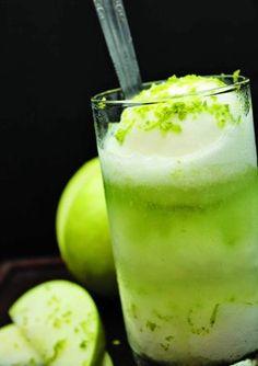 Drink: Chá de capim-limão fica muito bem em um coquetel descolado, o Spezzo Verano.   Em um copo longo, coloque quatro bolas pequenas de sorvete de limão, junte 50ml de cachaça, 80ml de chá gelado de capim-limão e 20ml de licor de St. Remy, nesta ordem.   Enfeite com raspas de limão. Sirva com uma colher bailarina para mexer o drinque na hora de beber.