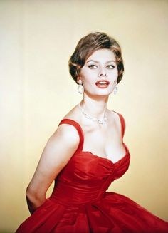 Sophia Loren's beauty and Hollywood glamour have made her one of the biggest icons ever. From acting in the most iconic film roles to how she did her make up, Sophia Loren is a legend. Estilo Sophia Loren, Sophia Loren Style, Sophia Loren Images, Glamour Hollywoodien, Robes Glamour, Old Hollywood Glamour, Hollywood Stars, Hollywood Poster, Divas