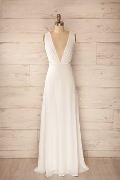 Siracusa Lumière ♥ Le dévoilement diaphane animé par sa robe révéla une peau douce comme la perle. The diaphanous unveiling animated by her gown revealed a skin as soft as a pearl.