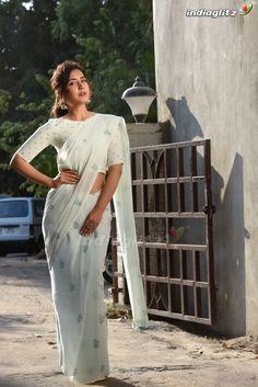 Raashi Khanna Latest Stills - Chai SamoSa Sonam Kapoor, Deepika Padukone, Beautiful Saree, Beautiful Indian Actress, Indian Heroine Photo, Photoshoot Pics, White Saree, Priyanka Chopra, Indian Designer Wear
