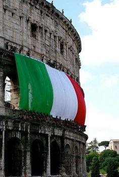il Tricolore sull'anfiteatro Flavio Rome Lazio