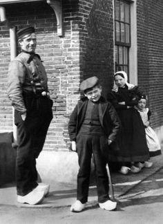Afbeelding van een visser met enkele kinderen in klederdracht bij een hoekhuis te Huizen. 1935-1940 Werf, F.F. van der (fotograaf) #NoordHolland #Huizen
