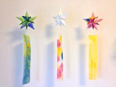 折り紙を折って、切って、貼るだけで簡単に立体的で美しい幾何学形が楽しめるモチーフ飾り「菱形飾り」と、やや難度は高いですが、クリスマス飾りにも応用できる星形...