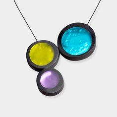 LOUISA ネックレス  モダンアートのエッセンスを取り入れたネックレスを身につけると、エレガントな印象派に変身。ターコイズとライム、ヴァイオレットのパーツはすべてハンドメイドで、ヘッド部分にマグネットが入っています。近づけると自然に留まり、マグネットを離せば取り外しも簡単。ドロップネックレスなどで人気のオルリーのデザインは、心に残るプレゼントとしてオススメです。