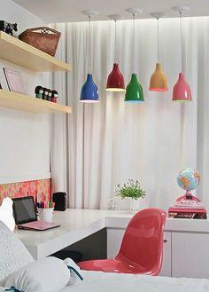 A arquiteta Juliana Santana brinca com a intensidade de luz através de lustres que podem ser ligados e desligados um a um.