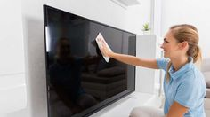 Gehen Sie behutsam mit Ihrem Fernseher um – ein feuchtes Mikrofasertuch reicht in vielen Fällen zur Reinigung aus.