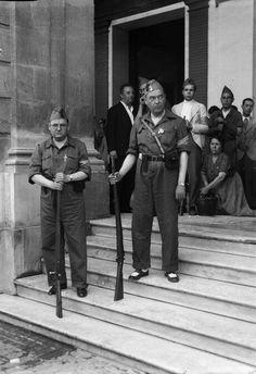 Falangistas en la puerta del Ayuntamiento de Sevilla. (julio de 1936)