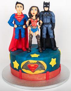Batman vs. Superman, doi super eroi atat de indragiti, sunt de astazi protagonistii celui mai savuros tort personalizat. Langa cei doi se afla frumoasa Wonder woman, ce ii pune in voloare pe cei doi. Batman Vs Superman, Wonder Woman, Pune, Mai, Birthday, Birthdays, Wonder Women, Dirt Bike Birthday, Birth Day