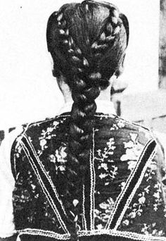 Tyúkosan font haj (Diósad, v. Szilágy m. Braided Hairstyles, Cool Hairstyles, Folk Clothing, Hungarian Embroidery, Winter's Tale, Folk Dance, Dark Beauty, Vintage Images, Hungary