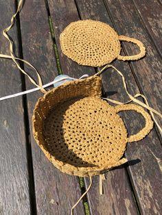 A DIY round raffia box bag - Self Assembly Required - Crochet - Crochet Handbags, Crochet Purses, Crochet Bags, Box Bag, Crochet Home, Love Crochet, Diy Handbag, Crochet Instructions, Knitted Bags