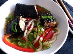 Soupe de nouilles udon et saumon vapeur en feuille de nori