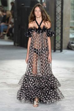 See the complete Giambattista Valli Spring 2018 Ready-to-Wear collection.