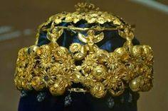 Elhallgatott Krisztus előtti tény, kereszt-ény Köristenség | Nemzeti InternetFigyelő (NIF) Gold Tiara, Gold Crown, Crown Jewels, Royal Crowns, Tiaras And Crowns, Ancient Jewelry, Antique Jewelry, Ancient Near East, Royal Jewelry