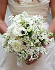 Bouquet de mariée blanc avec des Lilas, renoncule, anémone et stéphanotis