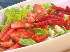 Green salad with strawberries and balsamic vinegarette