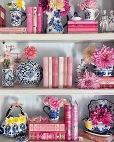 newport beach: it's all about springtime decor Home Modern, Chinoiserie Chic, Newport Beach, My New Room, Vintage Home Decor, Vintage Homes, Home Decor Inspiration, Bookshelves, Bookshelf Ideas