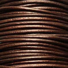 Cordon de cuir pour bijoux rond verni, 2 mm couleur Chocolat métallisé - Les Fées Créatives