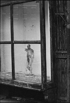 André Kertész - Ecorché dans une vitrine, New York, 1966
