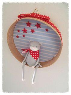 cadre rond fimo - chat gris foulard rouge pois et étoiles rouges - déco chambre bébé mixte : Décoration pour enfants par popeline