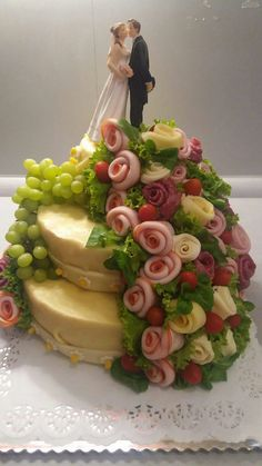 Cake salmon, leeks and dill - Clean Eating Snacks Deli Platters, Meat Trays, Cheese Platters, Fancy Party Food, Super Torte, Food Carving, Baking Party, Sandwich Cake, Food Garnishes