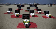 20151011 - Caixões representando vítimas da violência foram colocados na praia de Copacabana durante protesto da ONG Rio de Paz, no Rio de Janeiro. Segundo os organizadores, o Estado do Rio já registrou 4.000 mortes violentas em 2015. PICTURE: Ricardo Moraes/Reuters