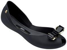 Melissa černé baleríny Queen IV Black - Luxusní dámské plastové baleríny Melissa z kolekce jaro/léto 2016. Černé matné balerínky Melissa s lesklou vsadkou okolo paty. Na špičce je plastové černo-zlatá mašle. Špička boty je otevřená. Balerínky Melissa jsou neuvěřitelné