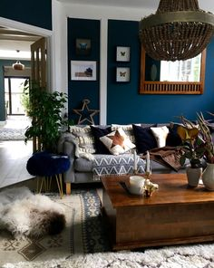 1001 ideas for a successful blue living room decor and giving a new look to your living room Dark Blue Living Room, Dark Blue Walls, Living Room Modern, My Living Room, Living Room Designs, Living Room Decor Blue Walls, Small Living, Dark Blue Lounge, Dark Blue Feature Wall