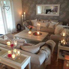 Pared gris, espejo marco blanco, uso del blanco en accesorios como almohadones, mesa de madera y cortinas.