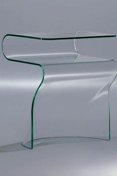 Toki von Fiam ist ein raffiniertes Einrichtungsaccessoire. Besteht dieser monolithische Nachttisch aus 10 mm gebogenem Glas für ein mäßig geschmackvolles Dekor. Auch in verschiedenen Ausführungen erhältlich: transparentes Glas, extralichtes Glas, rauchglas, bronzeglas, schwarz95glas. #nachttisch #glas #toki #fiam #arredaremoderno Modern Glass, Armchair, The Originals, Design, Home Decor, Accessories, Modern Bedroom, Sofa Chair, Single Sofa