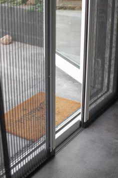 𝗧𝗛𝗨𝗜𝗦 𝗕𝗜𝗝 🏠 | We bezochten Wieke en Douwe in hun riante nieuwbouwwoning te Sneek, Friesland. 👫 Lees alles over haar woonstijl en raamdecoratiekeuzes op ons blog! | hordeuren | plisse hordeur schuifpui | horren openslaande deuren | horren raam | raamhor | raamhorren | hor op maat | horren op maat | plisse hordeur zwart | tuindeuren Ramen, Windows, Interior, Products, Italia, Indoor, Interiors, Gadget, Window