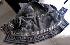 giacca nera di tessuto Chanel con la greca in vellutino nero e le pietre nere